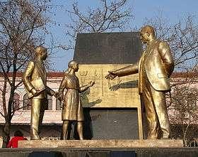 تمثال في اسطنبول، يبين اتاتورك وهو يقوم بتدريس الأبجدية التركية الحديثة للأطفال
